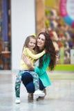 年轻做一起购物的母亲和她的女儿 库存照片