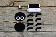 做万圣夜毛毡蜘蛛装饰 步骤 削减黑白毛毡细节创造万圣夜玩具 按钮画布亚麻布评定的剪刀设置了缝合的用品磁带 库存图片