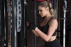做三头肌肌肉的健身妇女锻炼 免版税库存图片