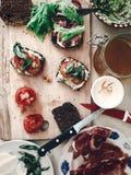 做三明治,意大利点心用熏火腿蕃茄沙拉h 免版税库存照片