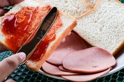 做三明治 库存照片