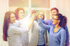 做上流五姿态的创造性的队在办公室 免版税库存照片