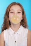做与一个口香糖的女孩大泡影 免版税图库摄影