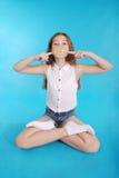 做与一个口香糖的女孩大泡影 库存照片