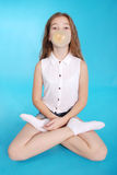 做与一个口香糖的女孩大泡影 库存图片