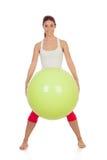 做与一个大绿色球的可爱的妇女pilates 免版税库存图片