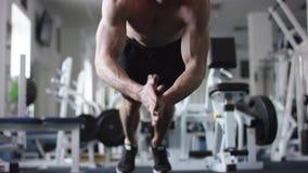 做与一次拍手的成人运动员俯卧撑在健身房 股票录像