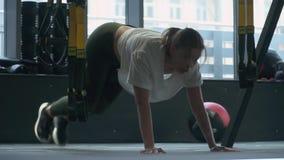 做与两重量的无法认出的妇女步在健身健身房的手上 美女健康生活方式  机体 股票录像