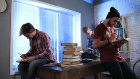 做与书的男学生研究在图书馆里 股票视频