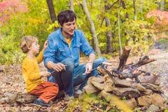 做与他的儿子的愉快的父亲烤肉在一秋天天 库存照片