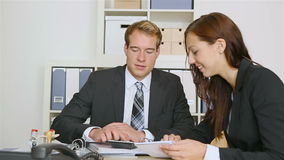 做与企业客户的顾问握手 股票视频