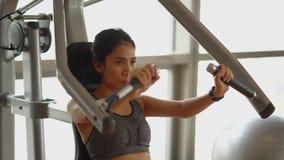 做与健身机器的妇女锻炼 股票录像