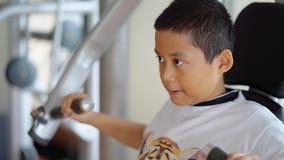做与健身机器的青春期前的男孩锻炼 影视素材