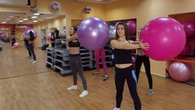 做与健身球的四个女孩体育在健身房 股票视频
