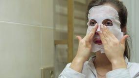 做与净化面具的少妇面部面具板料在她的面孔 股票视频