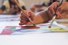 做与刷子的艺术家绘画 库存图片