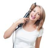 做与发刷的美丽的女孩发型 免版税库存图片
