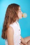 做与口香糖的女孩泡影 免版税库存照片