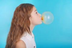 做与口香糖的女孩泡影 库存照片