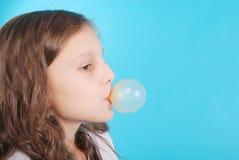 做与口香糖的女孩泡影 库存图片