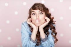 做与口香糖的妇女泡影 免版税库存照片