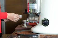 做与咖啡机器的手咖啡 免版税库存图片