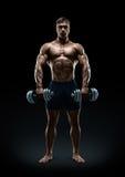 做与哑铃的坚强和力量爱好健美者锻炼 免版税库存照片