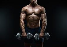 做与哑铃的坚强和力量爱好健美者锻炼 库存照片