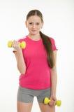 做与哑铃的女运动员锻炼 库存照片
