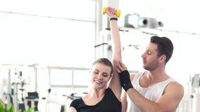 做与哑铃的妇女锻炼在健身房背景 影视素材