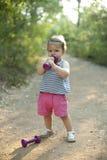 做与哑铃的小女孩锻炼 免版税库存图片