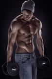 做与哑铃的肌肉爱好健美者人锻炼 库存照片