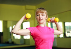 做与哑铃的运动的女孩锻炼 库存照片