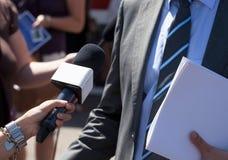 做与商人的新闻工作者媒介采访 免版税库存图片