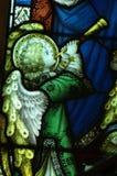 做与喇叭(彩色玻璃)的天使音乐 库存图片