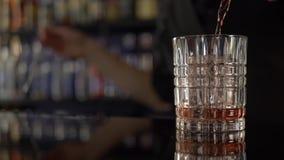 做与大冰块的男服务员酒精饮料 股票视频