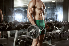 做与大哑铃的肌肉爱好健美者人锻炼 免版税图库摄影