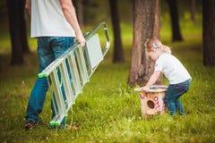 做与女儿的父亲鸟舍 免版税库存图片