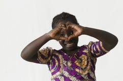 做与她的手指的华美的非洲女孩心脏形状和 库存照片