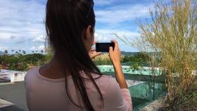 做与巧妙的电话的年轻美丽的妇女照片在老旅馆里 HD 影视素材