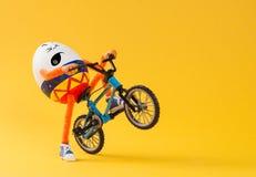 做与微型自行车的复活节彩蛋极端乘驾 库存图片