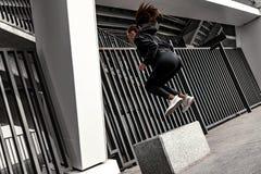 做与扔石头的步平台的年轻女人腿部锻炼 免版税库存照片