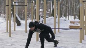 做与扩展器的大力士锻炼锻炼在室外训练 影视素材