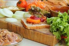 做与新鲜蔬菜的金枪鱼三明治 库存照片