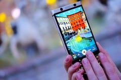做与智能手机照相机的照片 免版税图库摄影