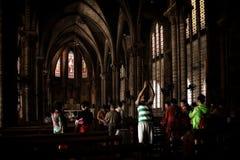 做与智能手机的许多游人照片在寺庙里面 免版税图库摄影