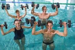 做与泡沫哑铃的愉快的健身类水色有氧运动 库存图片