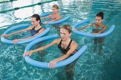 做与泡沫路辗的健身类水色有氧运动 免版税库存图片