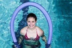 做与泡沫路辗的适合的妇女水色有氧运动 免版税库存照片