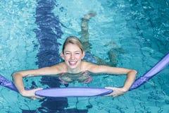 做与泡沫路辗的适合的妇女水色有氧运动 库存照片